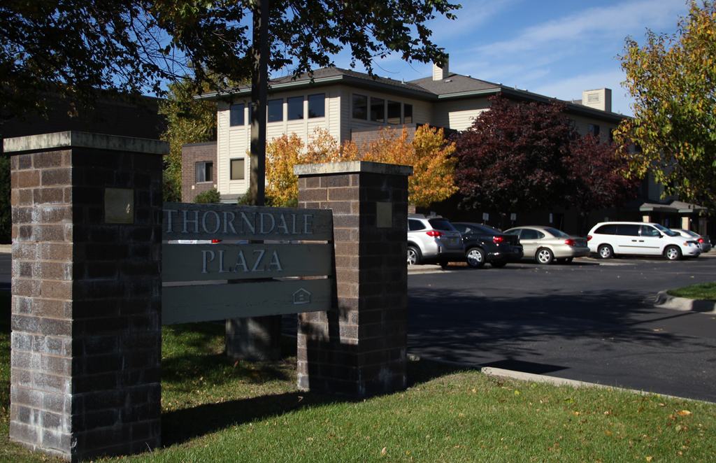 thorndale-plaza-exterior-building-sign